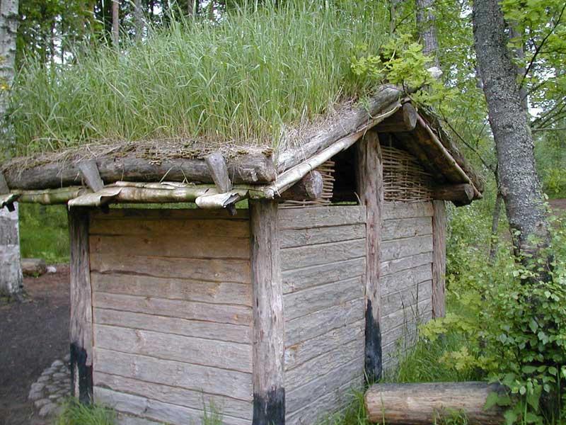 Schweden - Nachbau einer Bronzezeitlichen Hütte mit Grasdach
