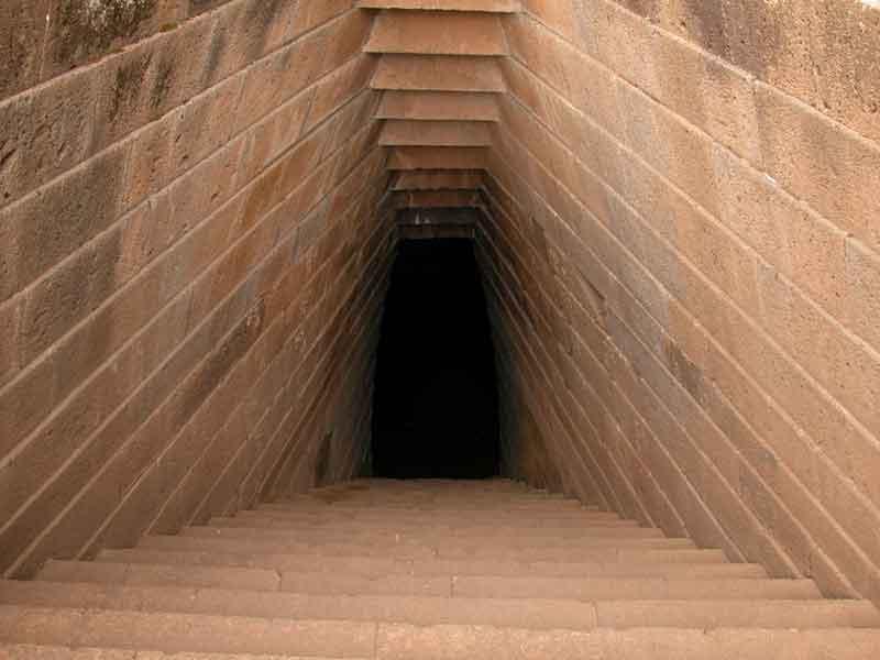Sardinien - Bronzezeitlicher Brunnentempel, Treppen nach unten.