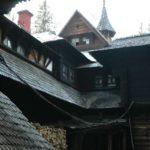 Karpaten - Rumänien - gewirr von kleinen und großen Holzdächern vom Jagdschloß