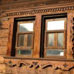 Karpaten - Rumänien - Blick auf das Jagdschloß -schönes Holzfenster