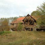 Karpaten - Rumänien - Bauernhaus mit Weinranken, aus der Ferne
