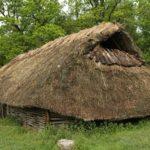 Norwegen - Rauchabzug eines bronzezeitliches Hauses in Tanum