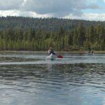 Norwegen -Seminarteilnehmer im Kanu auf dem Seeufer