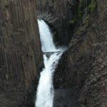 Island - zweistufiger Wasserfall zwischen Basaltsäulen
