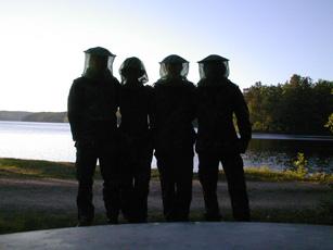 Schamanismus e.V. und Forschung - Vier mit Mückenschutz-Hüten - Forschen in Schweden