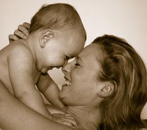 Besseres Leben - Mutter hat Baby im Arm - Gesicht zu Gesicht