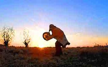 Die Trommel - Schamane tanzt im Sonnenaufgang