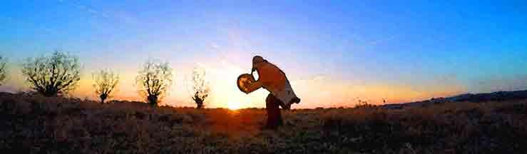 Schamane tanzt im Sonnenaufgang