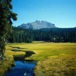 USA - Lassen Volcanic, Blick in einTal mit Bach
