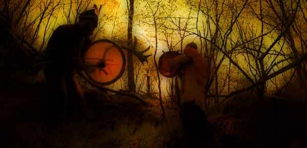Schamanismus und Heilung - zwei Schamanen beim trommeln im Wald