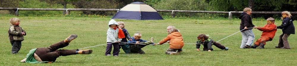 Vereinsaktivität: Kinder machen Tauziehen im Sommerlager