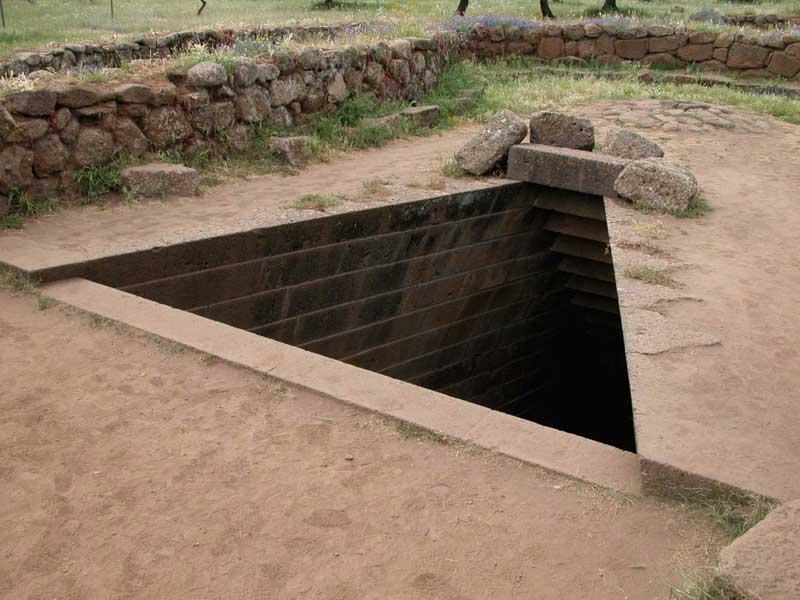 Sardinien - Bronzezeitlicher Brunnentempel, Eingang - Dreieck im Boden