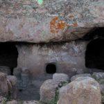 Sardinien - Steinzeitliches Gräberfeld, Eingang Singgrab