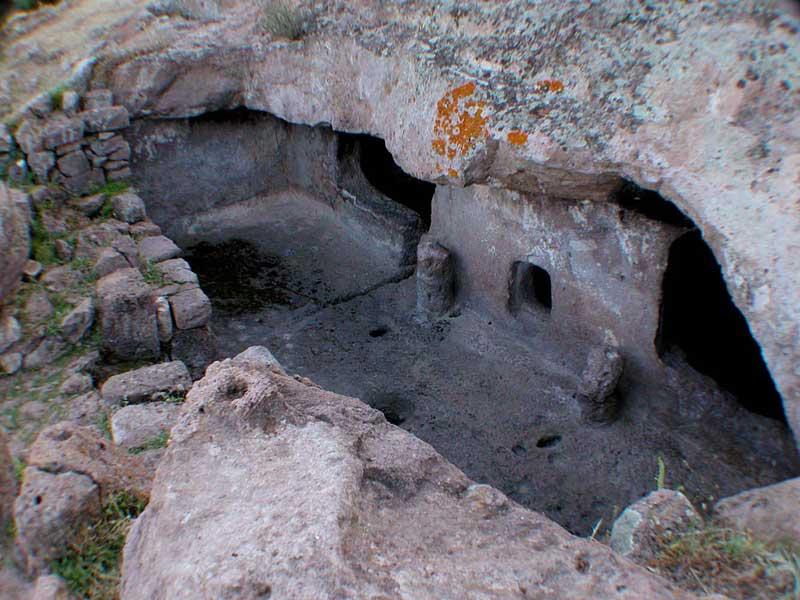 Sardinien - Steinzeitliches Graeberfeld