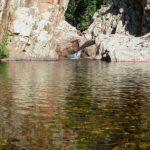Sardinien - Kleiner Wasserfall ergießt sich in kleinen, klaren See