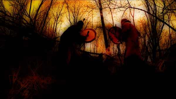 was macht ein Schamane - zwei Schamanen trommeln am Feuer
