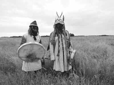 Schamanismus Schamanische Disziplin - zwei Schamanen mit Trommel