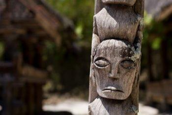 Mit Gesichtern beschnitzter Pfahl _ Symbol für die Anhenkraft