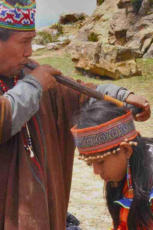 Heiler saugt Krankheit aus - Bolivien
