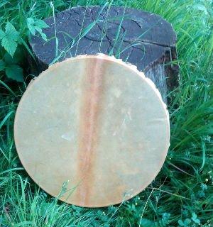 Trommelbau_Trommel im Gras  Pferdehaut mit Mähnenstreifen