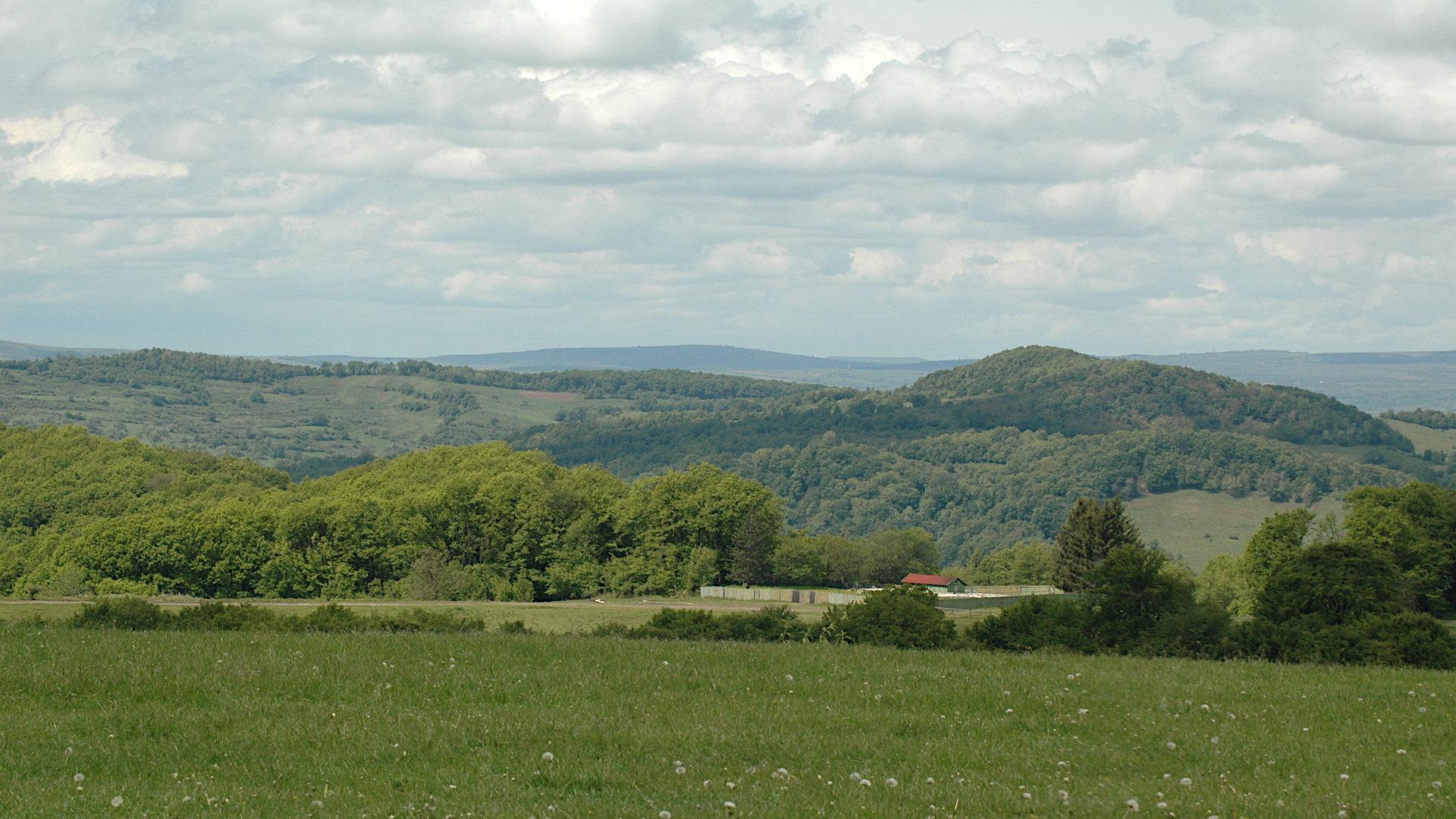 Forschungsreise Rumänien-Vereinsgrundstück? inmitten von bewaldeten Hügeln