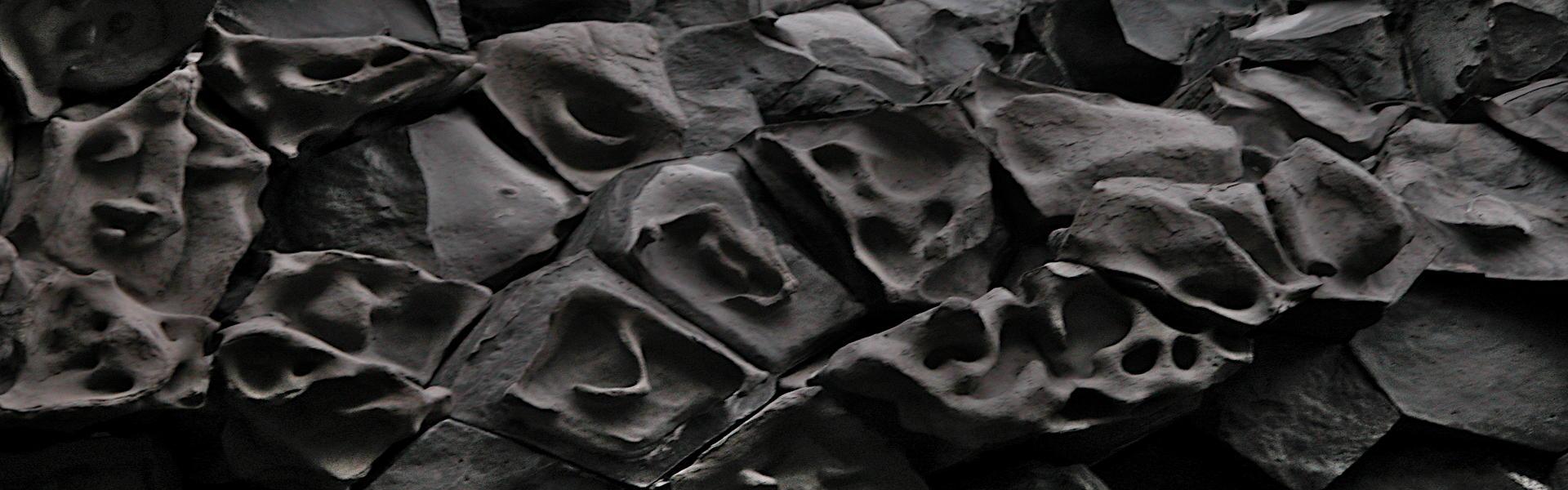Geister-Gesichter-Island geschmolzene Basaltköpfe
