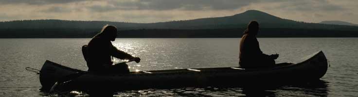 Gemeinnützigkeit_zwei unterstützen einander paddelnd im Kanu