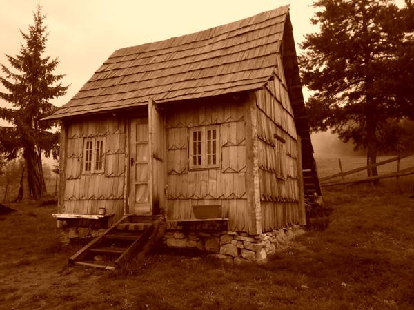 Forschungsreise Rumänien-altes Bauernhaus mit Holzschindeln bedeckt.