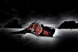 Notsituation, liegend im Eis - Hand austreckend