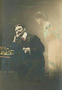 Geister rufen - Gentleman sitzt und eine Frau, halb transparent wie ein Geist, steht neben ihm