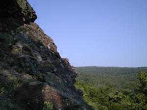 Orte der Kraft - Felsen über den Baumkronen