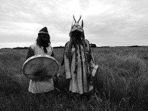 Schamanische Disziplin -Zwei Schamanen in Gewandung mit Trommel