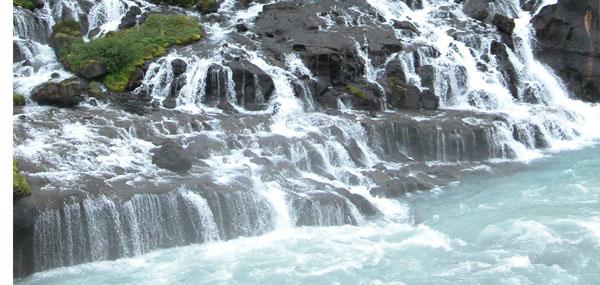 Wasserfälle, die unter einem erkaltetem Lavastrom hervortreten