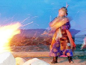 Schwierigkeiten schamanische Reise - Schamane, trommelnd am Feuer