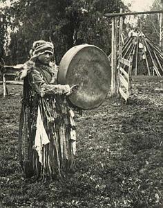 Schamanismus_schamanin mit trommel